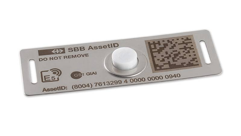 Stainless steel plate with integrated UHF transponder
